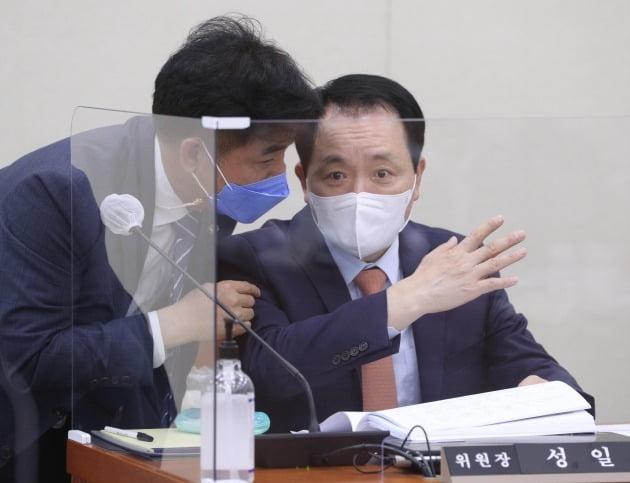 성일종 위원장(오른쪽)과 김병욱 더불어민주당 의원.  사진=뉴스1