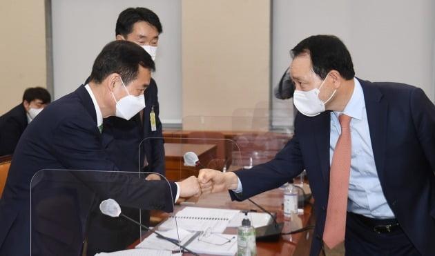 성일종 위원장(오른쪽)과 이건리 국민권익위원회 부위원장. 사진=뉴스1