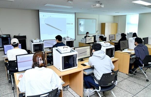 순천대 창업지원단은 창업가를 대상으로 3D프린트 교육을 진행한다.