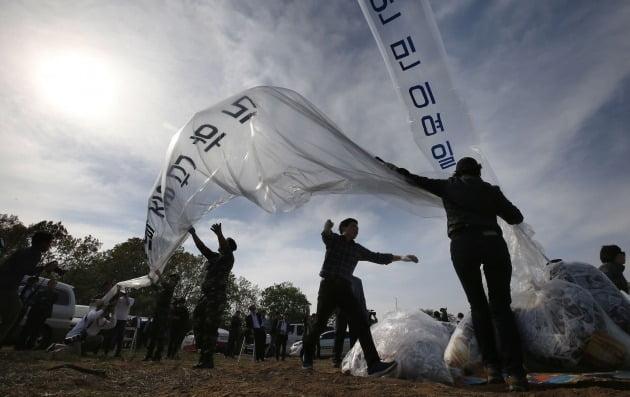 지난 2016년 경기 파주시 접경지역에서 자유북한운동연합 등 탈북자 단체들이 대북 전단을 날리는 모습./ 연합뉴스