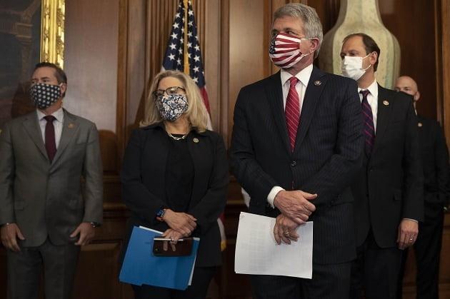 마이클 맥카울 미 공화당 하원의원(왼쪽에서 세번째)이 지난 9월 기자회견을 하고 있는 모습./ AFP연합뉴스