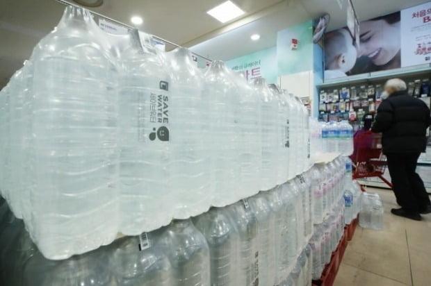 서울시내 한 대형마트에 무라벨 생수가 진열돼있다. [사진=연합뉴스]
