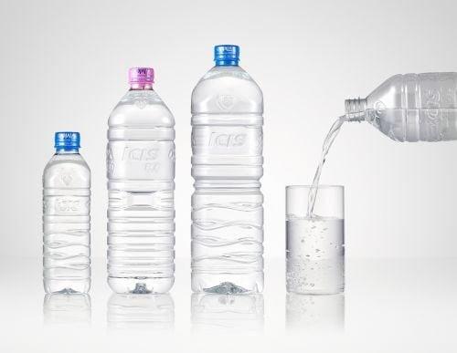 롯데칠성은 지난해 1월 플라스틱 라벨을 뗀 생수 '아이시스 에코'를 출시, 첫해 약 1010만 병을 판매했다. [사진=롯데칠성음료 제공]