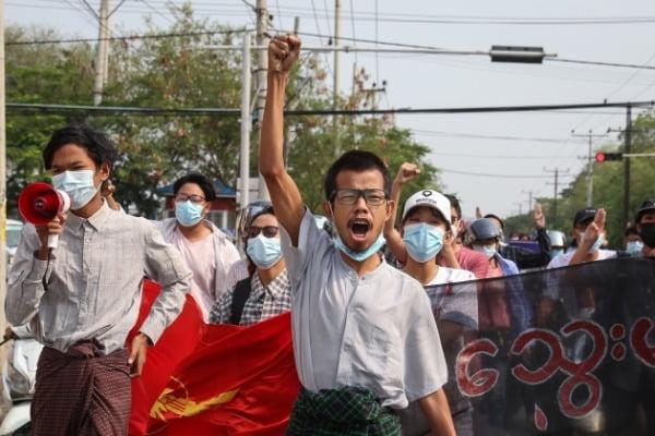 미안먀 군부의 강제진압에 항의하는 미얀마 시민들이 지난 14일(현지시간) 시위를 벌이고 있다.  EPA연합뉴스