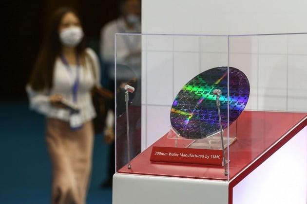 지난해 8월26일 중국 동부 장쑤성 난징에서 열린 '2020 세계 반도체 컨퍼런스'에서 모습을 드러낸 TSMC 웨이퍼 칩 [사진=AFP 연합뉴스]