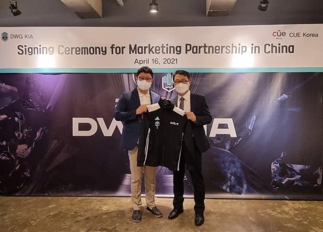 DWK KIA 이유영 대표 (왼쪽)와 씨유이코리아 이태희 대표가 16일 중국 마케팅 대행 계약 체결 후 포즈를 취하고 있다.