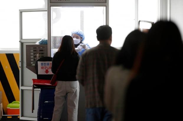 16일 오전 광주 북구 선별진료소에 광주·전남 신규 코로나19 확진자가 늘어나면서 검사를 받으려는 시민들의 방문이 늘어난 모습이다. 사진=연합뉴스