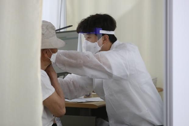 경북 경산시에 거주하는 75세 이상 일반인 대상 화이자사의 신종 코로나바이러스 감염증(코로나19) 백신 접종이 시작된 15일 오전 경산실내체육관에 마련된 예방접종센터에서 어르신들이 백신을 맞고 있다. 사진=뉴스1