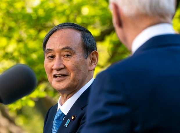 미국을 방문하고 있는 스가 요시히데 일본 총리(왼쪽)가 16일(현지시간) 백악관 로즈가든에서 조 바이든 미국 대통령과 함께 기자회견을 하고 있다. 사진=EPA 연합뉴스
