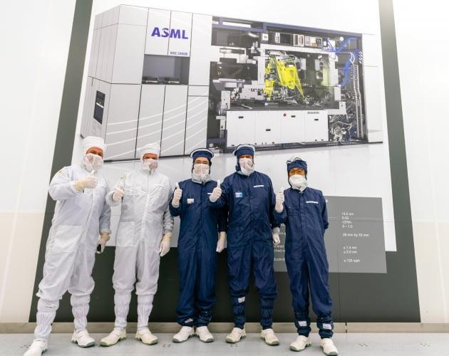 지난 10월 네덜란드 ASML을 방문한 이재용 삼성전자 부회장(가운데)과  김기남 삼성전자 부회장(왼쪽 다섯번째)이 피터 버닝크 ASML 대표(왼쪽 네번째)와 기념촬영을 하고 있다. 연합뉴스