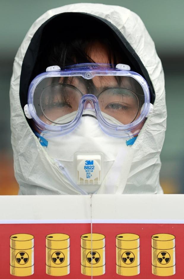 민중공동행동에 참여하고 있는 시민사회단체 회원들이 17일 서울 종로구 주한일본대사관 앞에서 일본 정부의 후쿠시마 원전 방사성 물질 오염수 방류를 규탄하며 팻말 시위를 벌이고 있다. 사진=연합뉴스