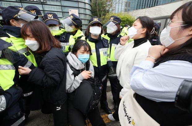 대학생진보연합(이하 대진연) 소속 학생들이 17일 오후 서울 종로구 중학동 일본대사관 입주 건물 앞에서 집회 장소 합류를 시도하다 이를 막는 경찰과 충돌하고 있다. 사진=뉴스1