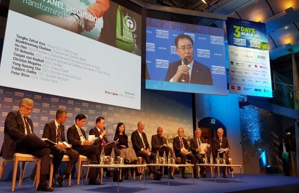 2018년 11월 프랑스 파리에서 열린 유엔환경계획 금융 이니셔티브(UNEP FI) 글로벌 라운드 테이블에 참석한 조용병 신한금융그룹 회장