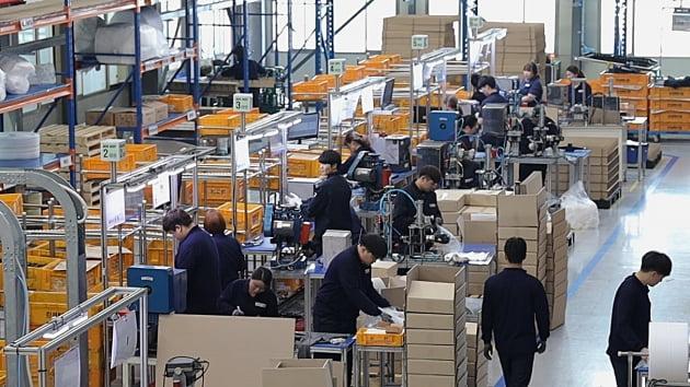 경기도 한 제조업체에서 청년 직원들이 제품 검사 작업을 하고 있다.