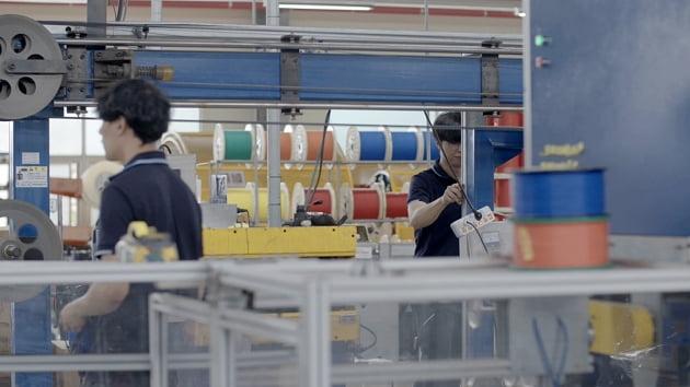 경기도 한 제조업체 생산라인에서 청년 직원들이 작업을 하고 있다.
