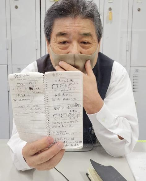 일본의 대형 가전판매점 노지마에서 10년 연속 판매왕을 차지한 사토 다다시 에이스 컨설턴트는 고객의 이름을 불러드린다는 원칙을 갖고 있다. 그의 수첩에는 단골 고객의 이름을 외우기 위해 손수 그린 캐리커처로 가득하다. (후지사와=정영효 특파원)