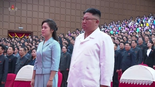 김정은 북한 국무위원장과 부인인 리설주 여사가 지난 15일 예술단체 합동공연 '영원히 당을 따라' 관람에 앞서 국가가 울려 퍼지는 동안 기립했다./ 연합뉴스
