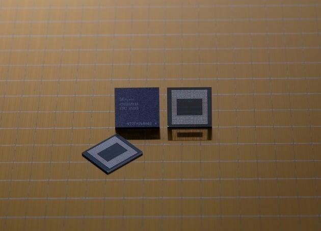 사진은 SK하이닉스 18GB LPDDR5 모바일 D램 [사진=SK하이닉스 제공]