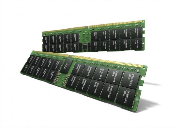 삼성전자가 업계 최초로 '하이케이 메탈 게이트' 공정을 적용한 업계 최대 용량의 512GB DDR5 메모리 모듈을 개발했다고 25일 밝혔다. DDR5는 차세대 D램 규격으로 기존의 DDR4 대비 2배 이상의 성능이며, 향후 데이터 전송속도가 7200Mbps로 확장될 전망이다. 2021.3.25 [사진=삼성전자 제공]