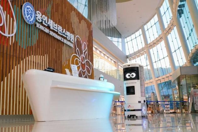SK텔레콤이 용인세브란스병원과 손잡고 5G 복합방역로봇 솔루션을 세계 최초로 상용화했다고 19일 밝혔다. 사진은 자율주행 모드로 이동하는 5G 복합방역로봇 'Keemi'. 2021.4.19 [사진=SK텔레콤 제공]