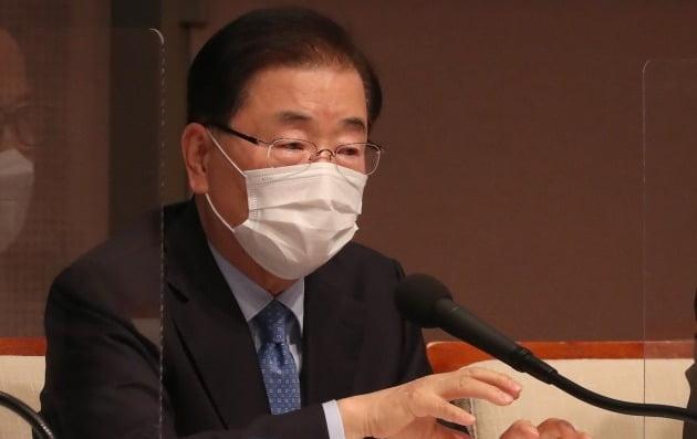 정의용 외교부 장관이 21일 서울 프레스센터에서 열린 관훈토론회에서 패널들의 질문에 답변하고 있다./ 연합뉴스