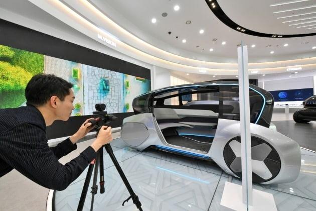 자동차 부품 기업 연구원이 언택트마케팅 작업을 위해 준비하고 있다