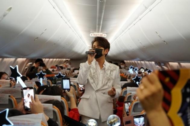 4월18일 제주항공 7C380편에서 트로트 가수 김수찬이 기내 팬미팅을 진행하고 있다/사진=제주항공