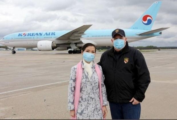 래리 호건 메릴랜드 주지사(오른쪽)와 그의 배우자이자 한국계 이민 1세대인 유미 호건. [사진=호건 주지사 트위터 캡처]