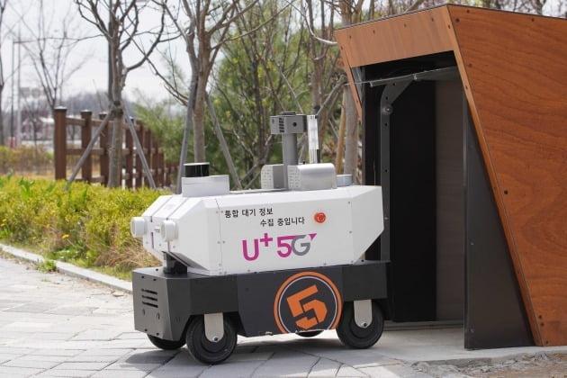 5G 자율주행로봇이 전주시 전주방송공원 앞에 설치된 스테이션에서 무인순찰을 시작하기 위해 나오고 있는 모습. [사진=LG유플러스 제공]