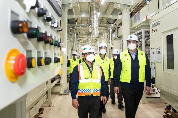 카허 카젬 한국GM 사장이 지난 21일 충남 보령공장을 방문했다. 사진은 카젬 사장이 임직원들과 함께 보령공장 생산과 품질 검수라인을 살펴보는 모습./ 사진=한국GM