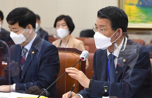 은성수 금융위원장이 22일 오전 서울 여의도 국회에서 열린 제386회 국회(임시회) 제1차 정무위원회 전체회의에서 의원 질의에 답하고 있다. 사진=뉴스1