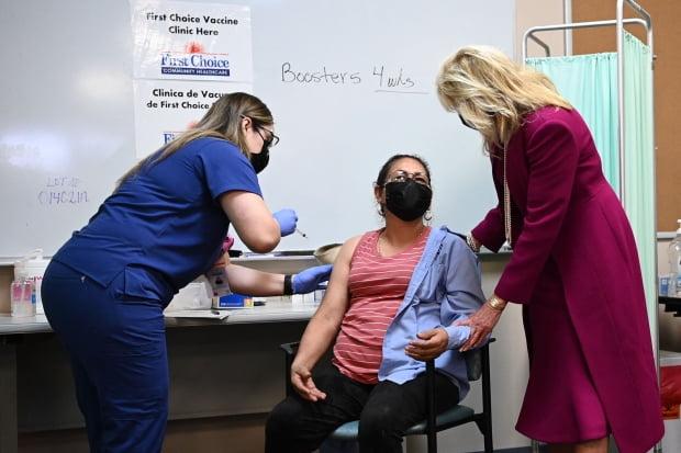 조 바이든 미국 대통령의 부인 질 여사가 21일(현지시간) 뉴멕시코주 앨버커키의 한 신종 코로나바이러스 감염증(코로나19) 백신 접종센터를 방문해 주사를 맞은 한 여성과 대화를 나누고 있다. 사진=AFP 연합뉴스