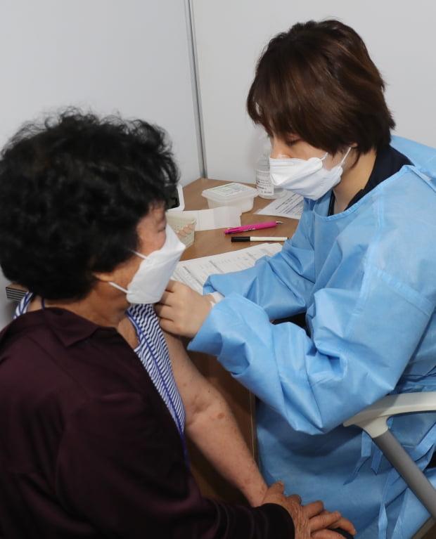 제주 서귀포시에서 만 75세 이상 고령층 대상 화이자 백신 접종이 시작된 22일 오전 예방접종센터인 서귀포의료원에서 접종이 진행되고 있다. 사진=뉴스1