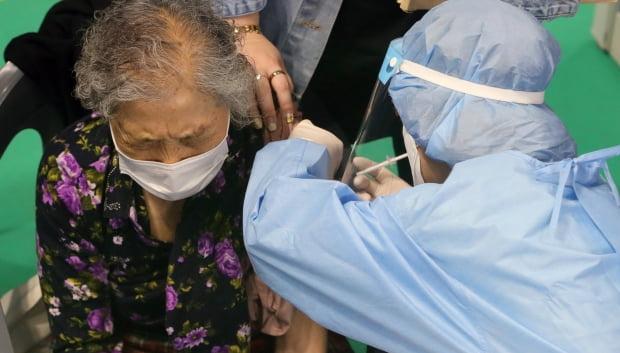 전북 완주군의 만 75세 이상 어르신들에 대한 코로나19 백신 접종이 시작된 22일 완주군 문화체육센터에 마련된 예방접종센터에서 한 어르신이 백신을 맞고 있다. 사진=뉴스1