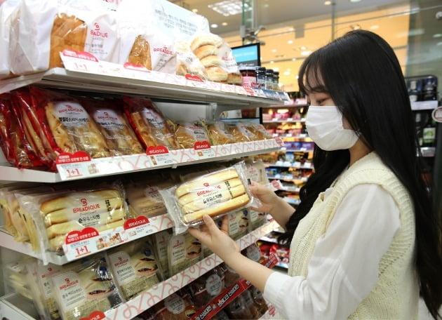 23일 유통업계에 따르면 GS리테일이 지난 1월 편의점 GS25와 슈퍼마켓 GS더프레시에서 선보인 프리미엄 빵 '브레디크'가 출시 100일(14일 기준) 만에 누계 판매량 510만개를 돌파했다. 사진=GS리테일