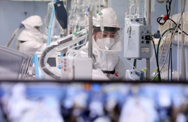 코로나19 거점전담병원인 경기도 평택시 박애병원에서 의료진들이 중증 환자들을 돌보고 있다.사진=뉴스1