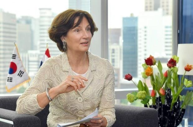 요아나 도너바르트 주한네덜란드 대사가 한국과 네덜란드의 수교 60주년을 기념해 지난 23일 중구 정동의 네덜란드대사관 사무실에서 한국경제신문과 인터뷰를 진행하고 있다.