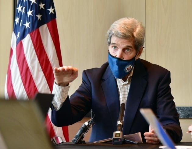 존 케리 미국 대통령 기후특사가 18일 서울 시내 한 호텔에서 열린 기자간담회에서 발언하고 있다./ 주한 미국대사관 제공