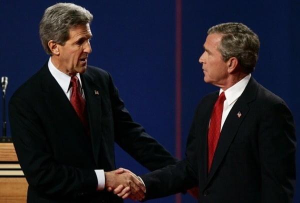 존 케리 미국 대통령 기후특사(왼쪽)가 2004년 대선에 민주당 후보로 출마해 조지 W 부시 당시 대통령과 TV 토론을 하기 전 악수하는 모습./ 연합뉴스