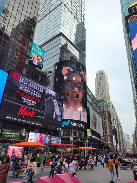 24일(현지시간) 미국 뉴욕 맨해튼의 나스닥 빌딩 앞에 인파가 몰려 있다. 뉴욕=조재길 특파원
