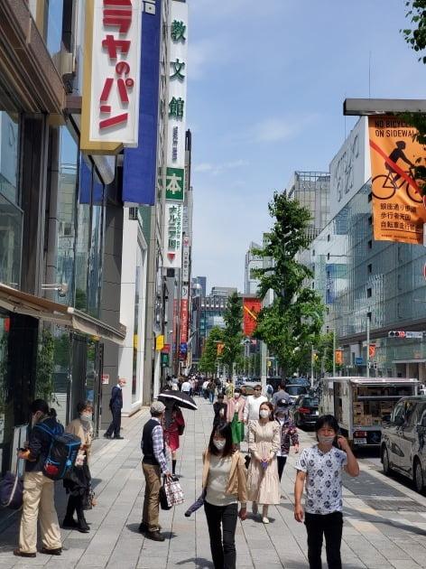 25일 도쿄에 3번째 긴급사태가 선포됐지만 일본의 쇼핑 중심가 긴자는 여느 휴일과 다름없이 북적였다. 도쿄=정영효 특파원