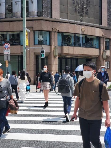 도쿄에 3번째 긴급사태가 선포된 첫날인 25일 점심 시간대, 일본의 쇼핑 중심가인 긴자는 여느 휴일과 다름없이 북적였다. 도쿄=정영효 특파원