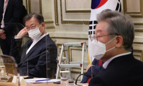 지난해 10월 문재인 대통령과 이재명 경기도지사(오른쪽)가 청와대에서 제2차 한국판 뉴딜 전략회의에 참석해 있다. /사진=연합뉴스