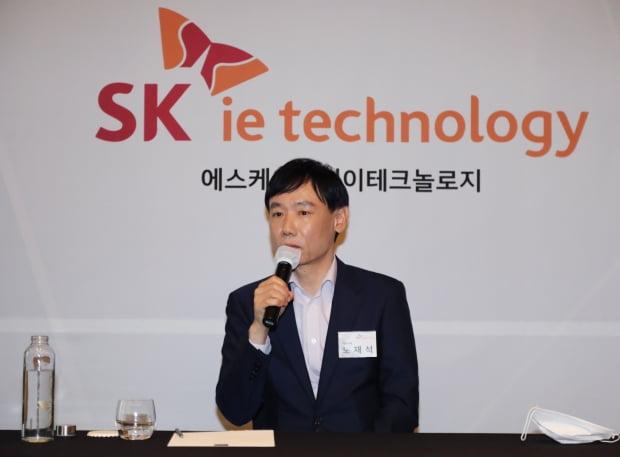 노재석 SKIET 대표가 22일 서울 여의도 콘래드 호텔에서 열린 SK아이이테크놀로지(SKIET) 기업공개(IPO) 간담회에서 질문에 답하고 있다. 사진=연합뉴스