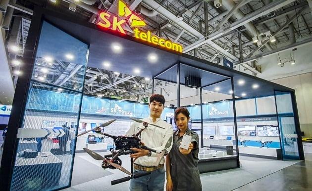 SK텔레콤이 오는 5월 1일까지 부산 벡스코에서 열리는 국내 최대 드론 전시회 '2021 드론 쇼 코리아'에서 5G 기반 드론 관제 솔루션을 선보인다고 29일 전했다. [사진=SK텔레콤]