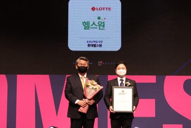 전재호 한국소비자포럼 대표(왼쪽)와 허정규 롯데헬스원 상무.