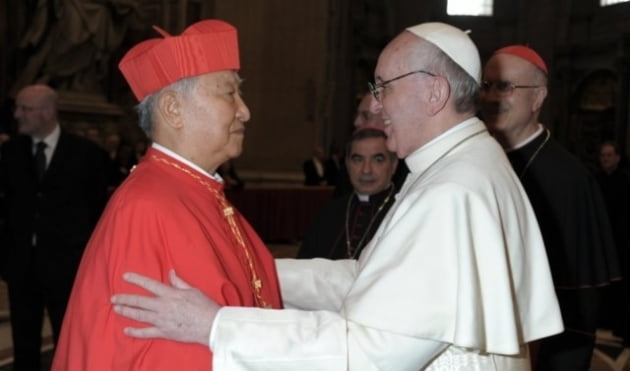 지난 2013년 3월 바티칸 성 베드로 대성당에서 교황 프란치스코를 첫 알현하는 고(故) 정진석 추기경/사진=연합뉴스