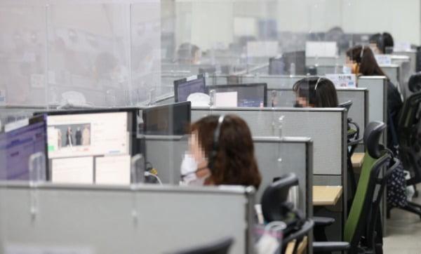 지난 21일 서울 구로구 CJ 텔레닉스 내 CJ 오쇼핑 콜센터에서 상담사들이 신종 코로나 바이러스 감염증(코로나19) 거리두기 수칙을 지키며 업무를 하고 있다. /사진=연합뉴스