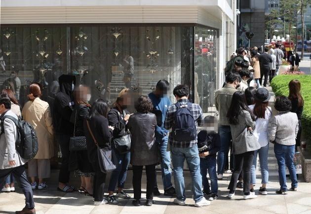 14일 샤넬코리아는 지난해 매출이 전년 대비 13% 감소한 9296억원을 거뒀다고 공시했다. 같은 기간 영업이익과 당기순이익은 각각 34%, 32% 증가한 1491억원, 1069억원을 기록했다. 사진은 지난해 5월 명품 샤넬의 가격 인상 소식에 서울 중구 롯데백화점 본점 명품관 앞에 고객들이 줄을 서고 있는 모습. 사진=연합뉴스