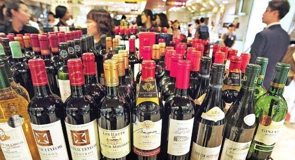롯데칠성음료가 자회사 MJA와인에 와인을 저가에 공급하고 판촉비를 부담하는 등 부당지원한 사실이 적발돼 공정거래위원회가 과징금 부과하고 검찰에 고발하기로 결정했다. 사진과 기사는 관계 없음/사진=한경DB